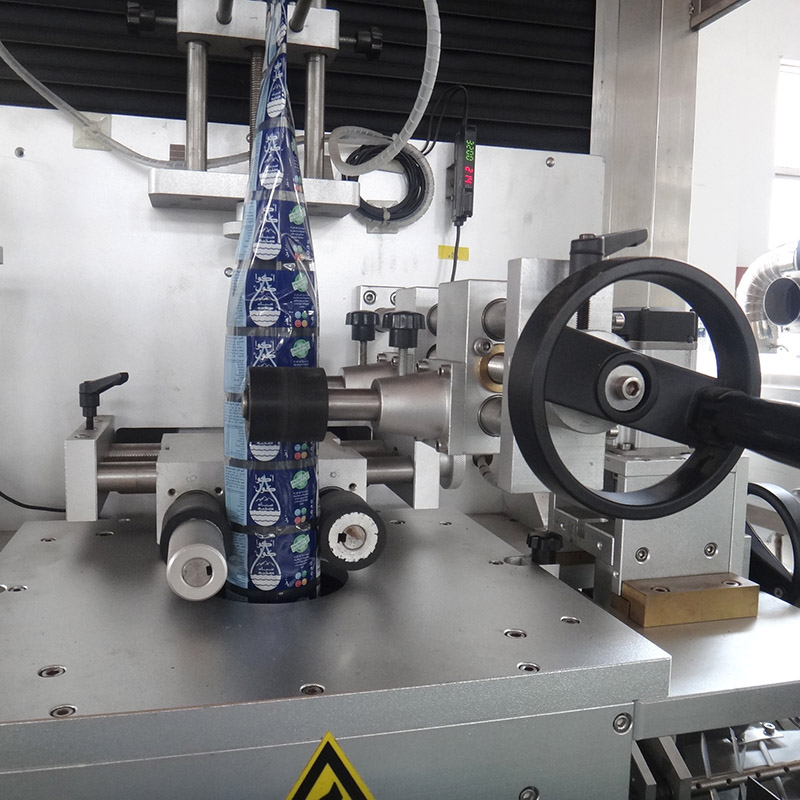 Auto Shrinkable Sleeve Label Inserting Machine